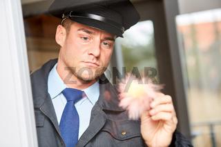 Polizist an Fingerabdruck bei Spurensicherung