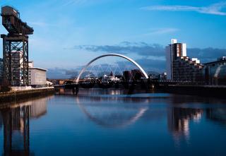 Brücke auf dem Fluss Clyde bei Finnieston Crane, Glasgow, Großbritannien
