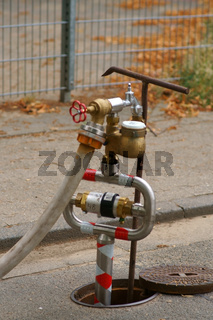 Wasserpumpstation am Gehweg