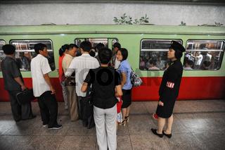 Pjoengjang, Nordkorea, Menschen in einer U-Bahnstation in der nordkoreanischen Hauptstadt