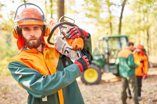 Walsarbeiter als Holzfäller mit Motorsäge