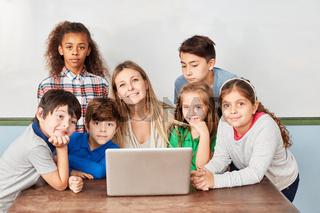 Schüler der Grundschule am Laptop PC