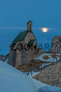 Kleine Kapelle auf dem Gipfel des Wendelstein bei Vollmond