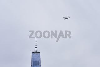 Helikopter über dem One World Trade Center in New York