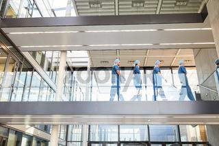 Gruppe Chirurgen im Treppenhaus der Klinik