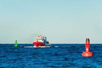 Schiff und Bojen auf der Ostsee vor Warnemünde
