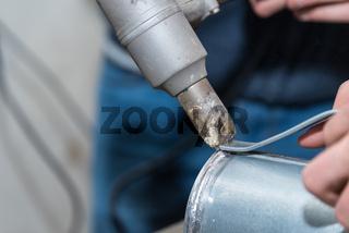 Metallverbindung durch loeten - Nahaufnahme mit Loetkolben arbeiten