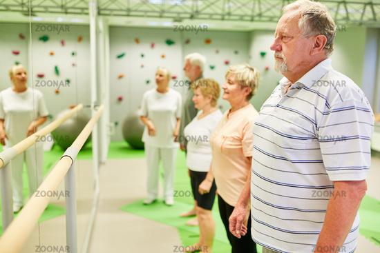 Gruppe Senioren an Ballettstange vor einem Spiegel