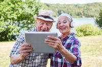 Senioren mit Tablet Computer und Kopfhörer