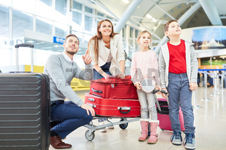 Familie freut sich auf den Flug in den Urlaub