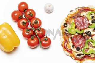 frische Pizza auf Weiß