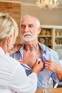 Senior Mann bei einer Vorsorge Untersuchung