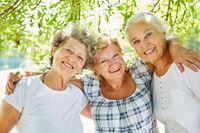Drei Senior Frauen als beste Freundinnen