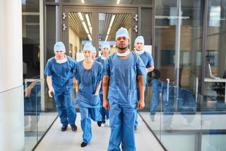 Gruppe Chirurgen laufen zu einem Notfall