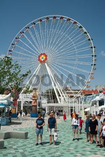 Wien, Oesterreich, Besucher vor einem Riesenrad auf der Wiener Prater
