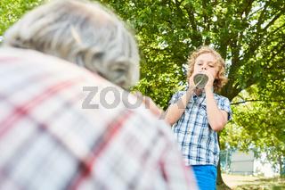 Junge mit einem selbstgebauten Dosentelefon