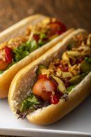 zwei klassische Hotdogs in Brötchen