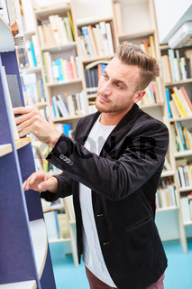 Mann als Buchhändler oder Bibliothekar in Bücherei