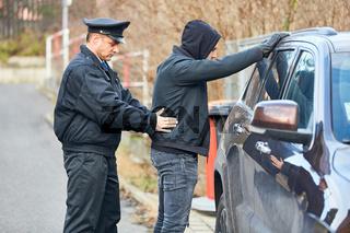 Polizist bei Durchsuchung von einem Dieb
