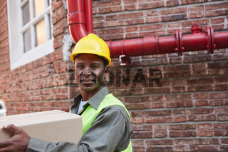 Logistik Arbeiter trägt ein Fracht Paket