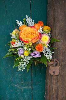 Blumenstrauß hängt an der Tür