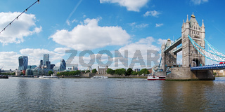 'Tower Bridge' und Skyline der City of London