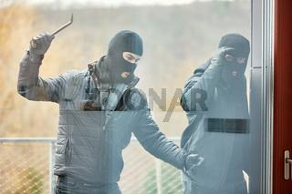EInbrecher mit Brecheisen schlagen Fenster ein
