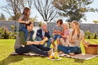 Familie feiert eine Sommer Party mit Picknick