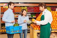Kunden Paar beim Obst Kauf bekommt Beratung