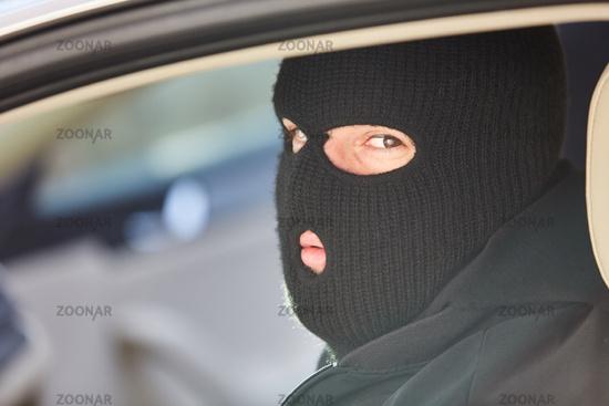 Mann mit Sturmhaube als Verbrecher oder Terrorist