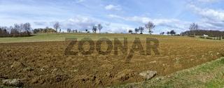 Frühlingslandschaft mit frisch umgeackerten Feld in Bad Tatzmannsdorf