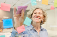 Ältere Business Frau im Brainstorming Workshop