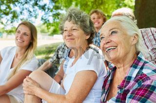 Glückliche Großfamilie mit Großeltern und Enkel