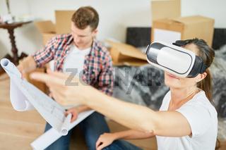 Junge Frau macht Raumplanung mit der VR Brille