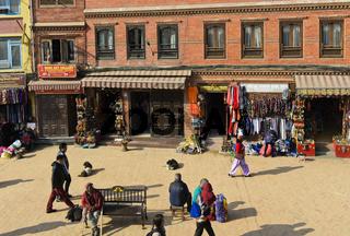 Boutiquen und Souvenirläden im Ring um die Boudhanath Stupa, Kathmandu, Nepal