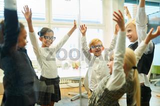 Gruppe Kinder im Kreis bei Übung für Teamentwicklung