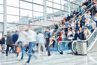 Internationale anonyme Menschenmenge auf Messe