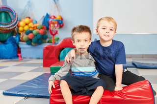 Zwei Jungs als gute Freunde in der Turnhalle