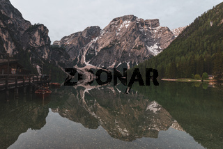 Beautiful Idyllic Austrian Pond Lake Mountain Range Prestine Nature Green Season Travel Location