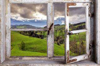 altes Holzfenster mit Blick in die Landschaft