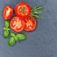 Tomaten mit Basilikum Gemüse von oben Schieferplatte Quadrat Textfreiraum Copyspace