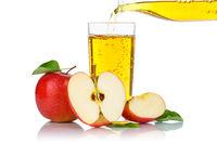 Apfelsaft einschenken eingießen eingiessen Apfel Saft Äpfel Fruchtsaft freigestellt Freisteller