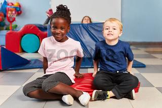 Zwei Kinder beim Kindersport