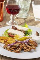 griechisches Gyros auf einem Teller mit Pommes frites