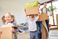 Kinder haben Spaß und tragen Kartons