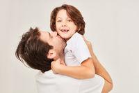 Glücklicher Vater küsst seinen Sohn