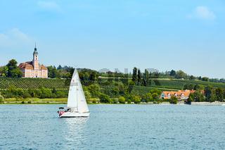 Segelboot auf dem Bodensee mit Basilika Birnau im Hintergrund