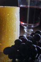 Scheibe des spanischen Manchego mit Wein