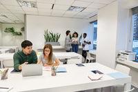 Junges Business Team im Coworking Büro