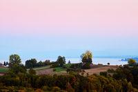 Blick über Wiesen und Felder auf den Bodensee